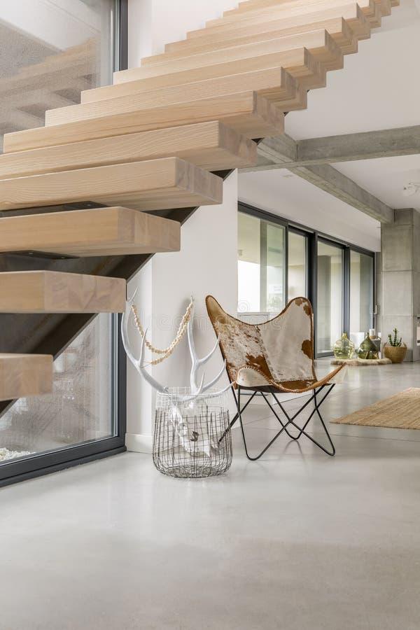 Деревянные лестницы в современном доме стоковые изображения