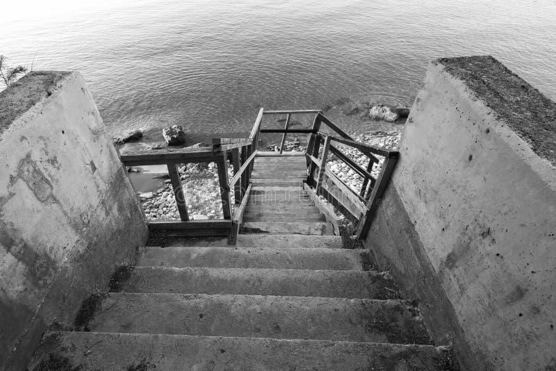 Деревянные лестницы идя вниз к пляжу стоковая фотография rf