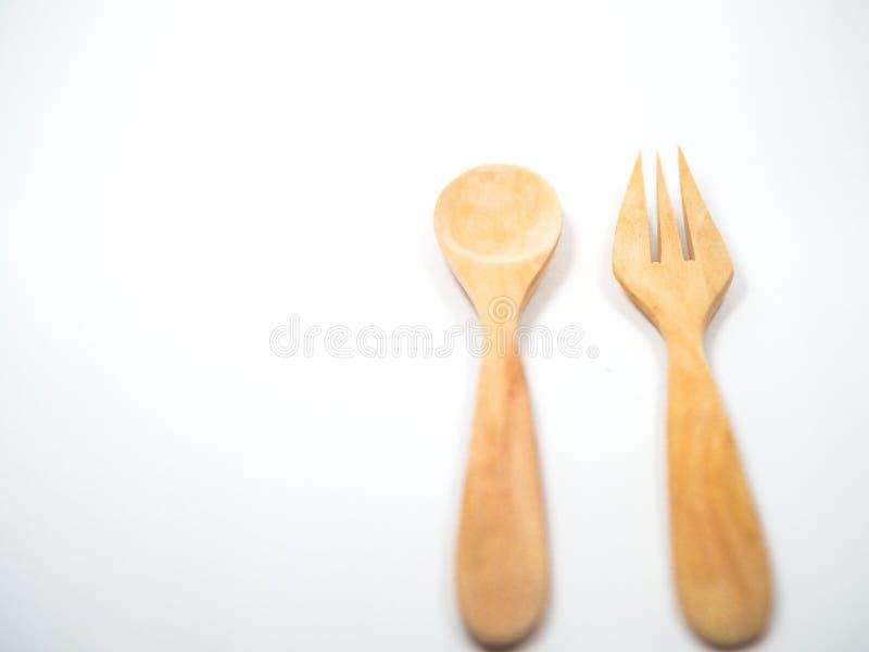 Деревянные ложка и вилка на белом стоковое фото
