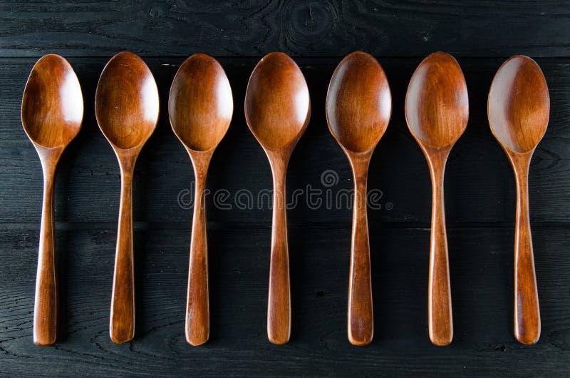 Деревянные ложки аранжированные на таблице стоковое изображение rf