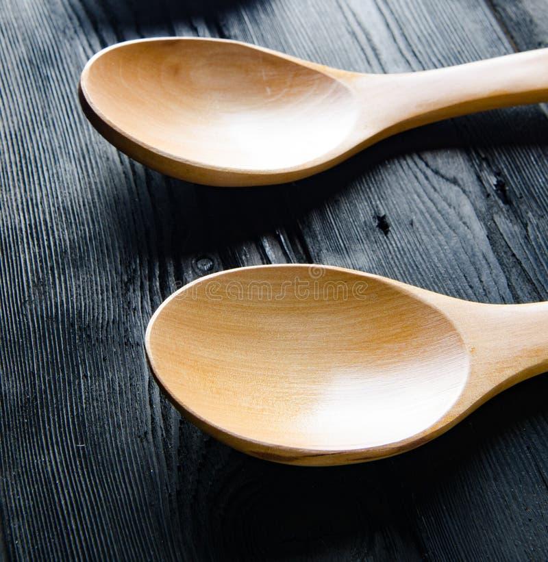 Деревянные ложки аранжированные на таблице стоковая фотография rf