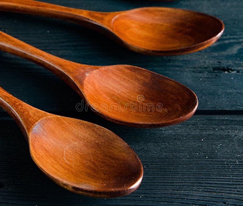 Деревянные ложки аранжированные на таблице стоковое изображение
