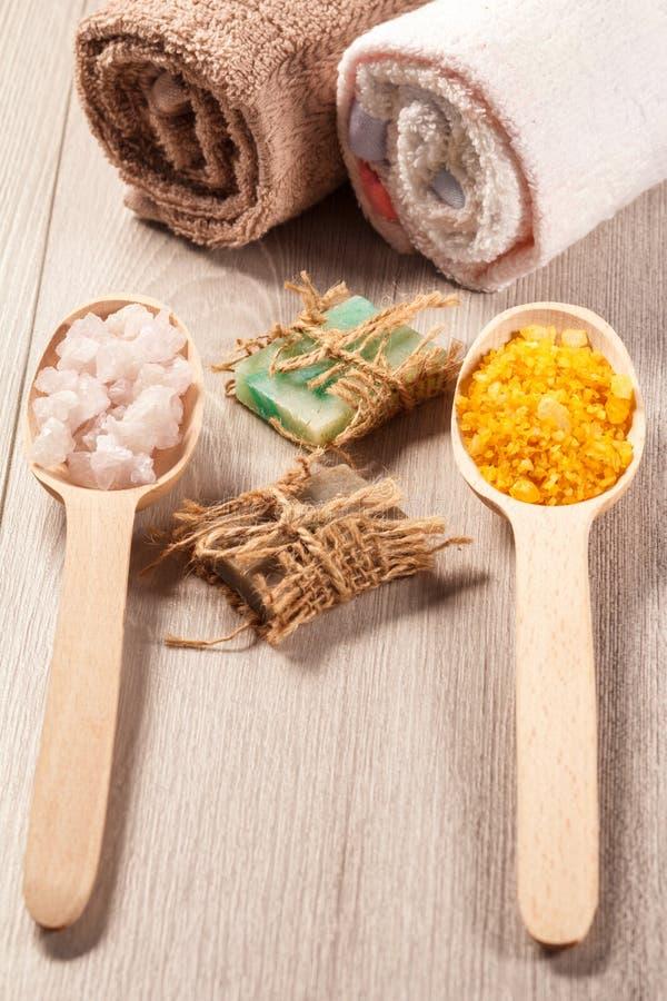 Деревянные ложки с солью белизны и Желтого моря и handmade мылом f стоковая фотография
