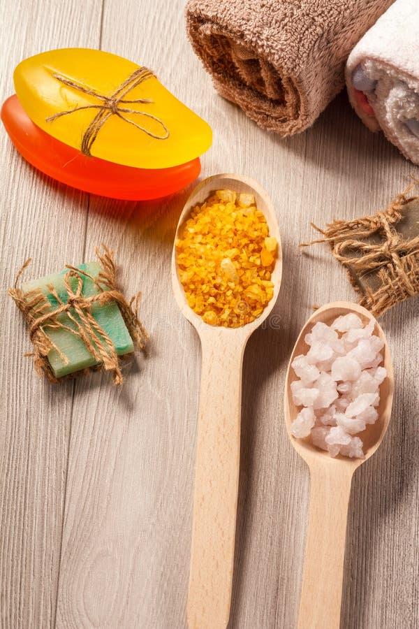 Деревянные ложки с солью белизны и Желтого моря и handmade мылом f стоковое изображение rf