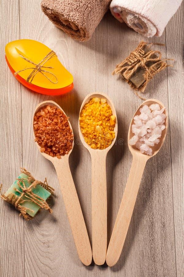 Деревянные ложки с солью коричневого, желтого и белого моря и handmade стоковое изображение rf
