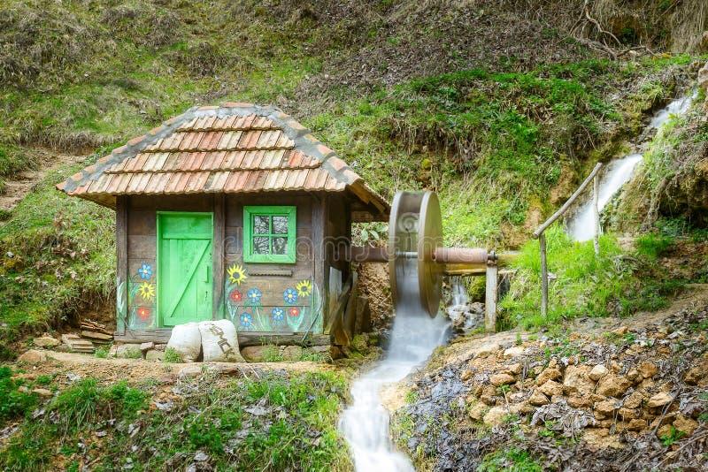Деревянные маленькие водяная мельница и нерезкость движения катят стоковые изображения