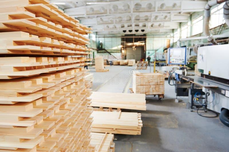 Деревянные материалы пиломатериала на заводе стоковая фотография rf