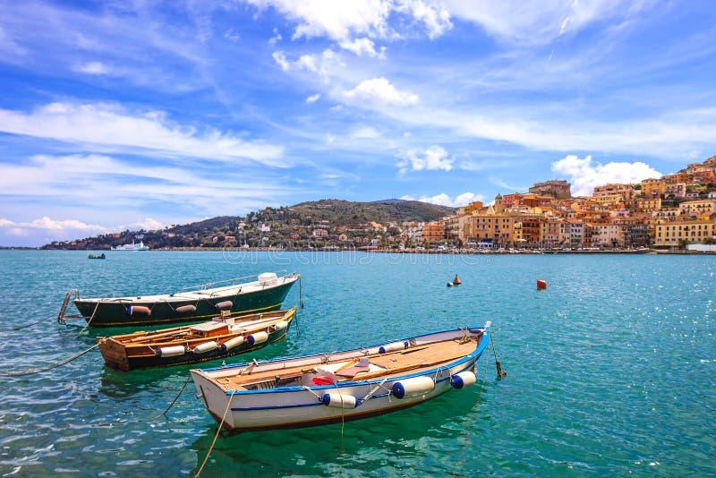 Деревянные маленькие лодки в набережной Порту Santo Stefano. Argentario, Тоскана, Италия стоковые изображения