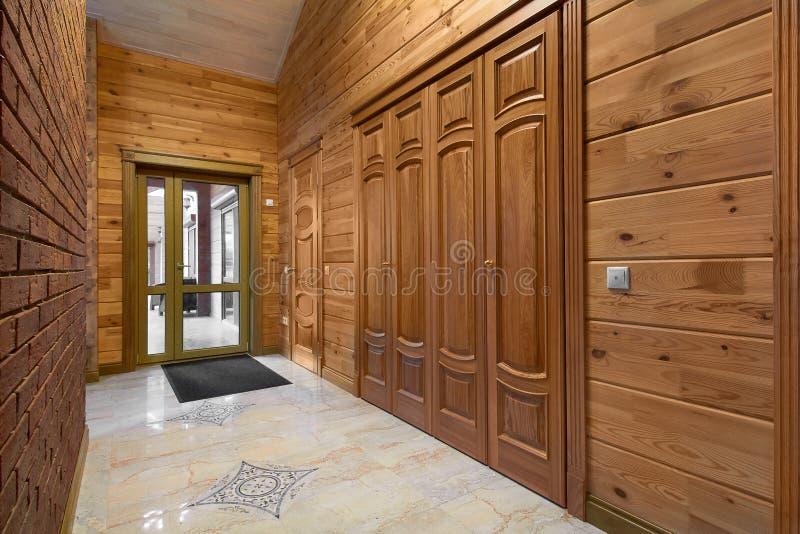 Деревянные межкомнатные двери высококачественного, дизайн интерьера стоковые изображения rf