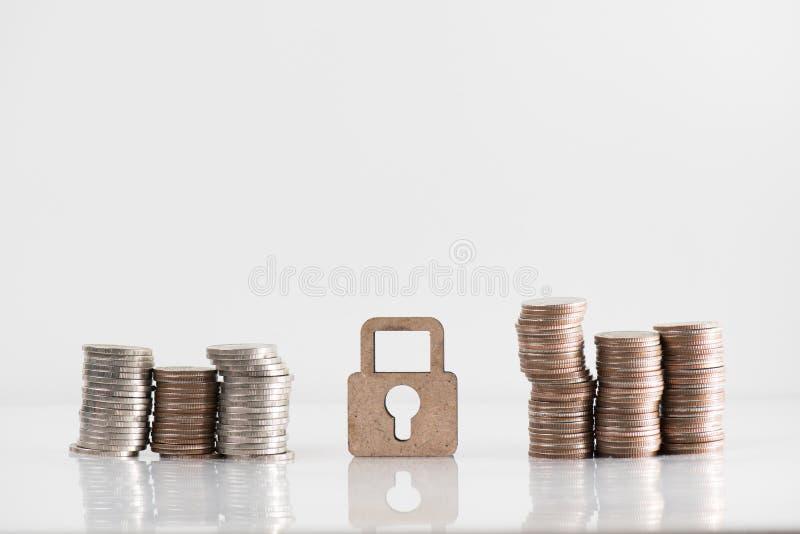 Деревянные модель замка и стог монетки иллюстрируют финансовые сбережения стоковое изображение