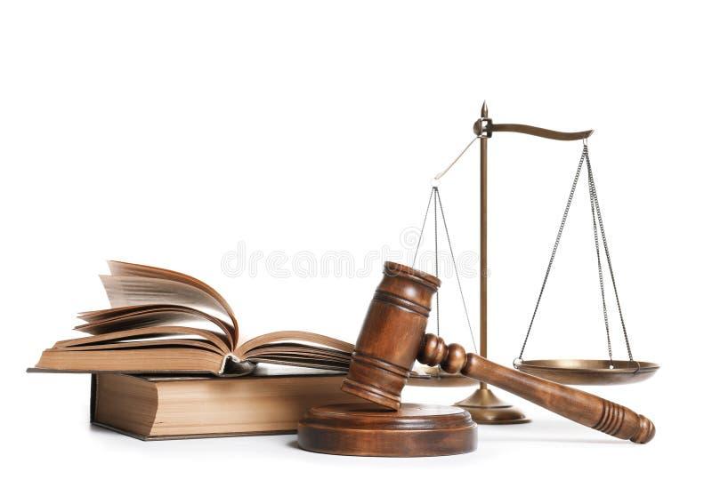 Деревянные молоток, весы правосудия и книги стоковое фото
