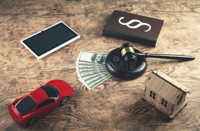 Деревянные молоток, деньги, книга по праву, таблетка, дом и автомобиль судьи Auct стоковые изображения rf