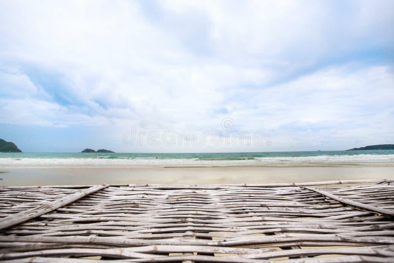 деревянные море и небо пристани с облаками Деревянный пол с красивым голубым небом стоковая фотография