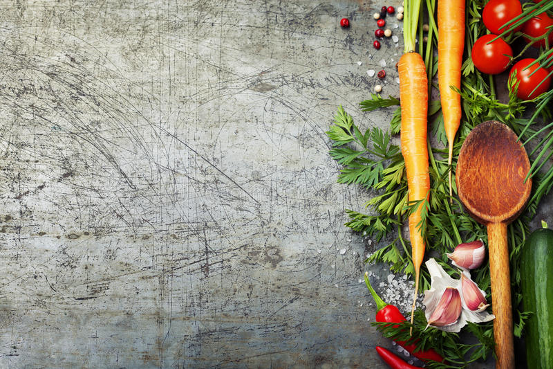 Деревянные ложка и ингридиенты на старой предпосылке стоковое фото