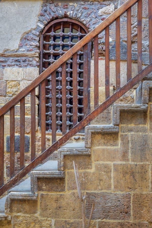 Деревянные окно и лестница с деревянной балюстрадой водя к историческому Beit El установили здание Waseela, старый Каир, Египет стоковая фотография rf