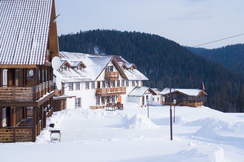 Деревянные дома низко-подъема стоят на холме в зиме стоковая фотография rf