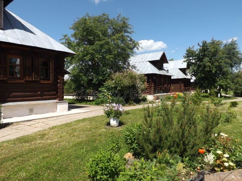 Деревянные дома, русская деревня, улица деревни стоковое фото rf