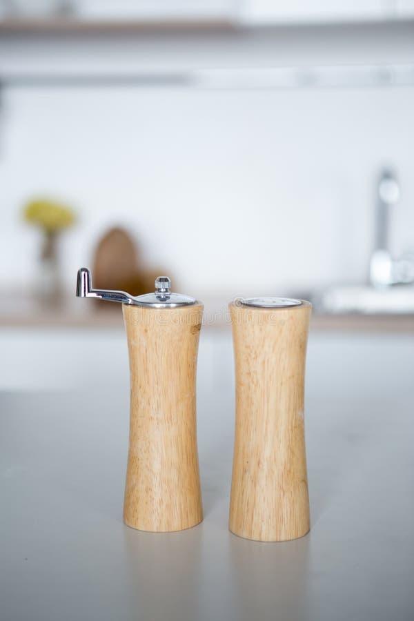 Деревянные опарникы для хранить перец соли Мельница для соли и перца стоковые изображения rf