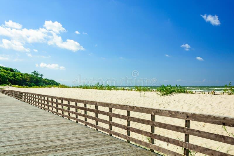 Деревянные дорожка или прогулка на песчаном пляже стоковое фото rf