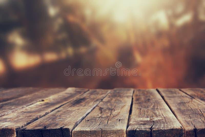 Деревянные доски и предпосылки природы лета освещают среди деревьев стоковое фото rf