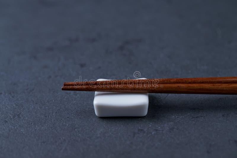 Деревянные палочки и остатки палочки на черной каменной предпосылке стоковое изображение rf