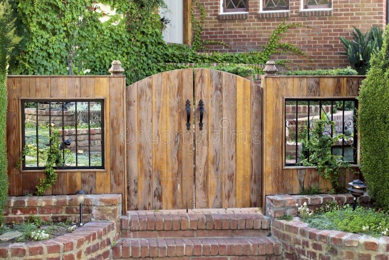 Деревянные парадные ворота стоковое фото