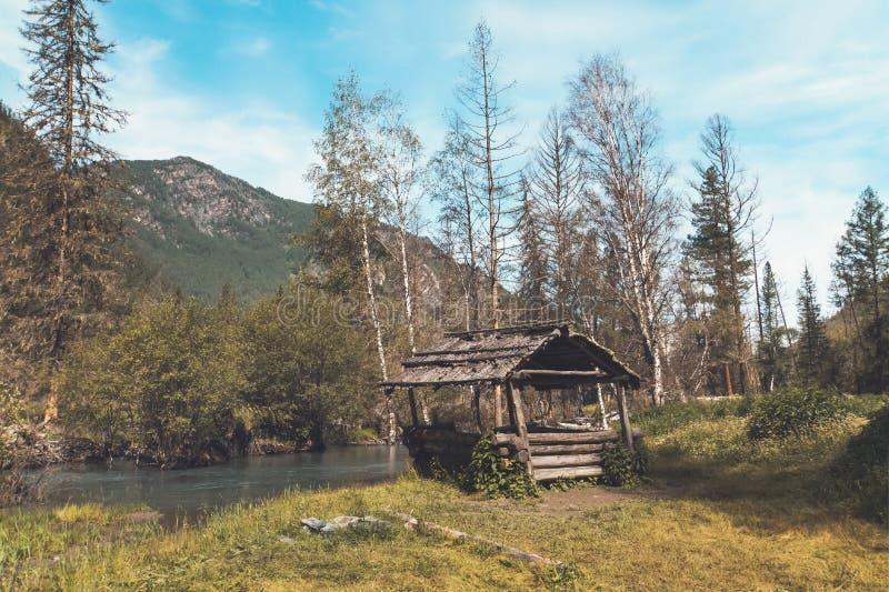 Деревянные перголы около дороги в Altai Сибире России красивейшая гора ландшафта стоковое изображение