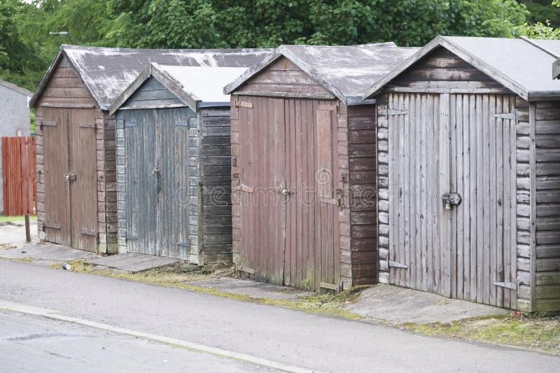 Деревянные полинянные хижины для хранения в строке с замком для безопасности владельца стоковые фотографии rf