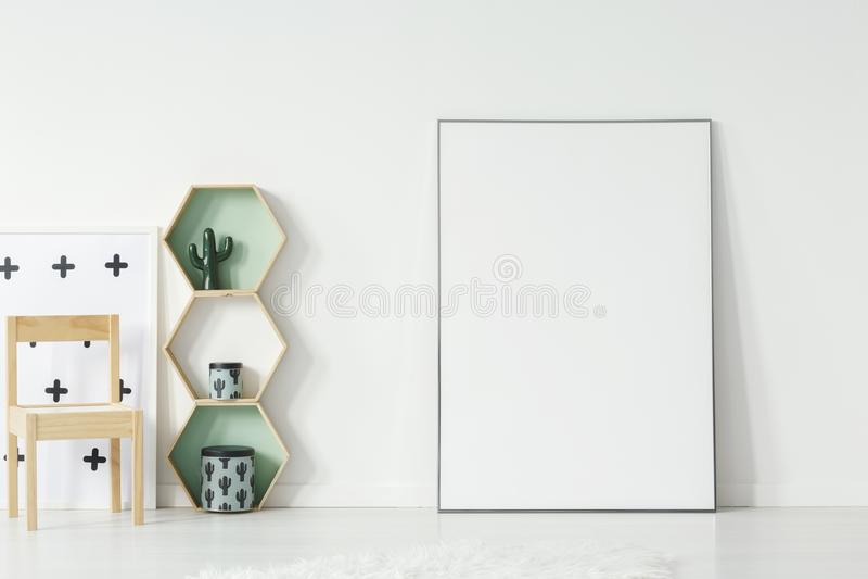 Деревянные полки стула и шестиугольника рядом с плакатом с модель-макетом в интерьере комнаты ` s ребенк Реальное фото Место для  стоковая фотография rf