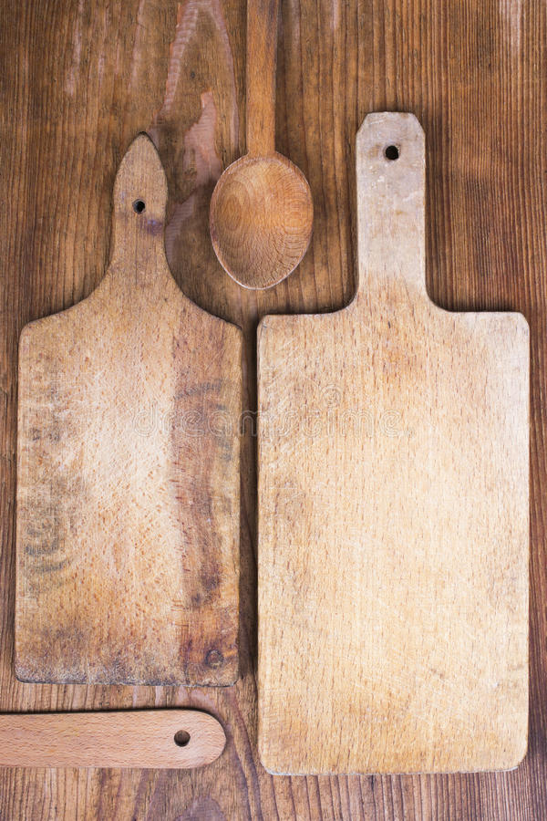 Деревянные разделочная доска, шпатель и ложка стоковые фотографии rf