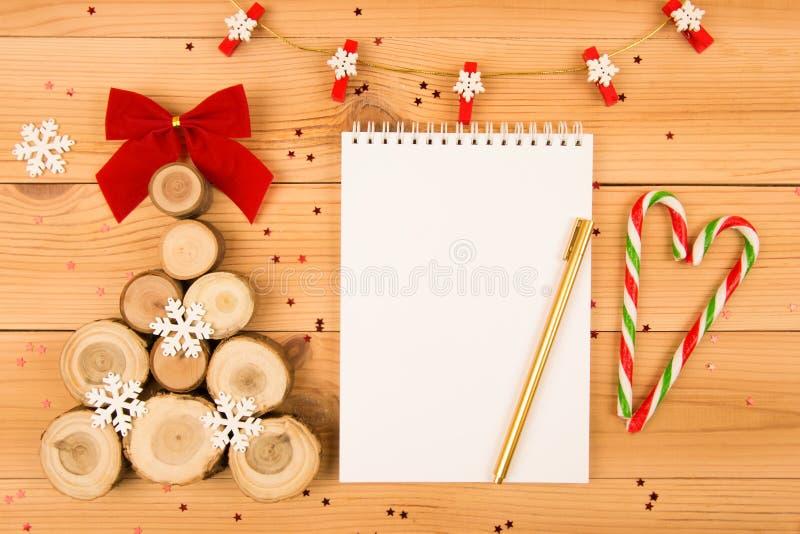 Деревянные рождественская елка и тетрадь Ручка золота Тросточка конфеты стоковое фото rf