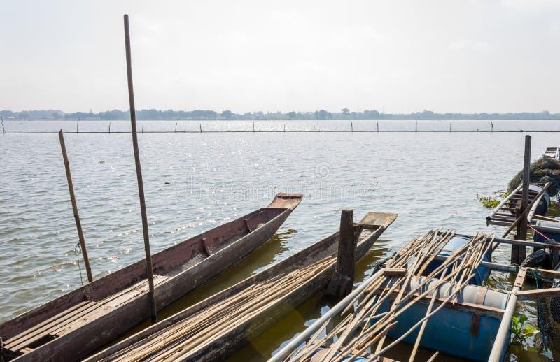 2 деревянные рыбацкая лодка или Rowboat на болоте с деревянным поляком шлюпки стоковые изображения