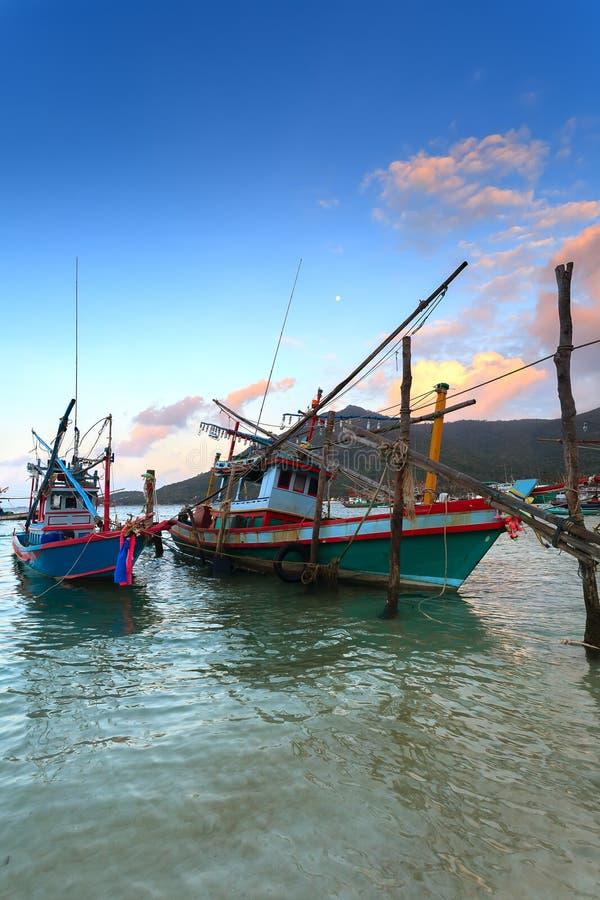 Деревянные рыбацкие лодки, вода, заход солнца стоковая фотография