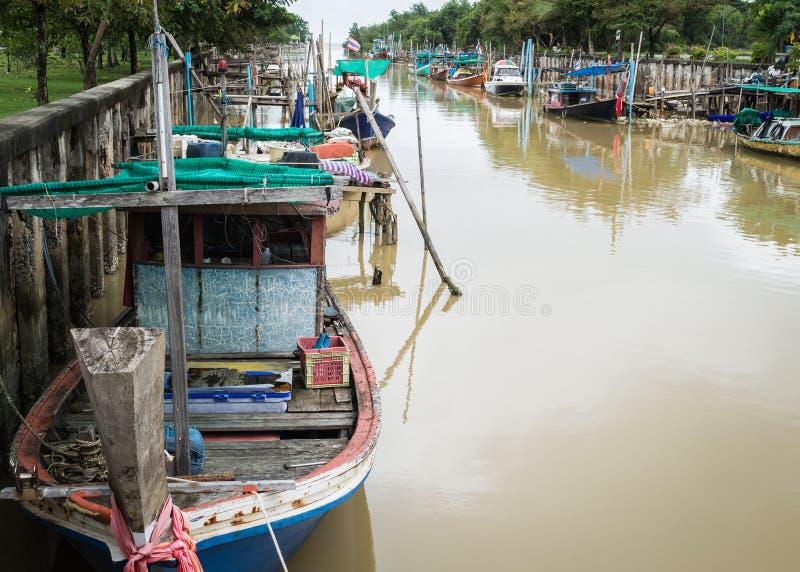 Download Деревянные рыбацкие лодки в канале Стоковое Фото - изображение насчитывающей никто, река: 33738204