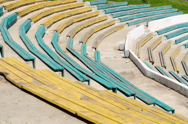 Деревянные скамьи в на открытом воздухе театре стоковое фото rf