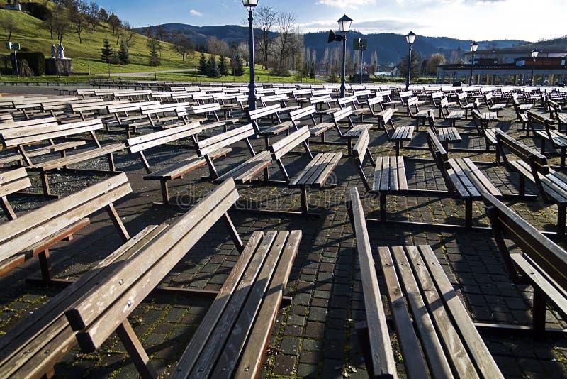 Деревянные скамьи на bistrica marija стоковая фотография rf