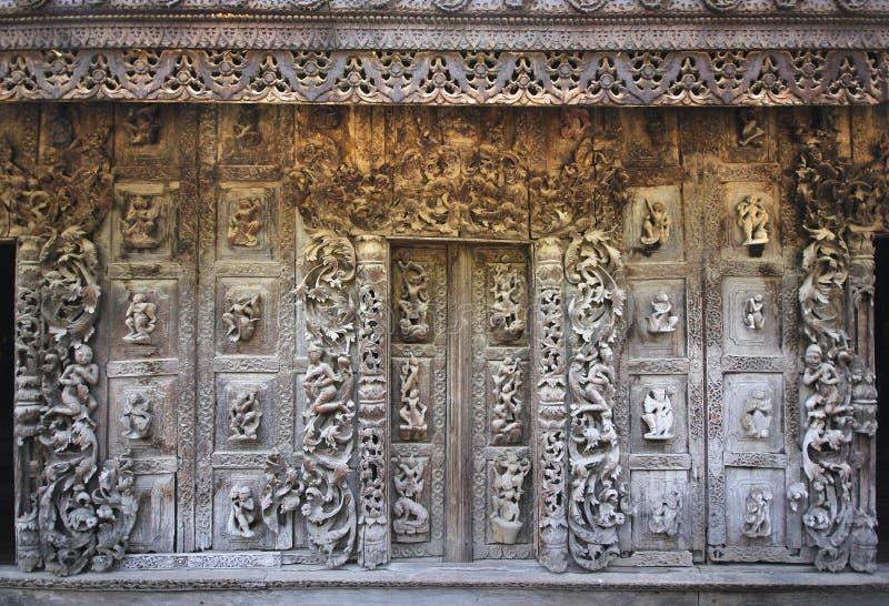 Деревянные стены и двери, монастырь Shwenandaw, Мьянма стоковое изображение