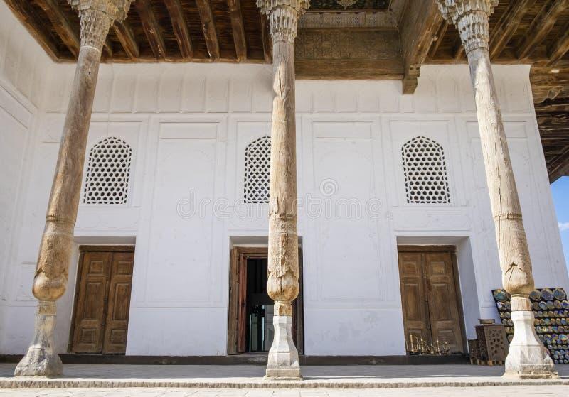 Деревянные столбцы во внутреннем дворе старого ковчега Бухары которая была построена вокруг ОБЪЯВЛЕНИЯ пятого века, Узбекистана стоковое фото