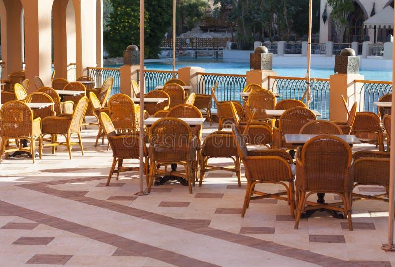 Деревянные столы в внешнем фото ресторана около водного бассейна стоковые изображения rf