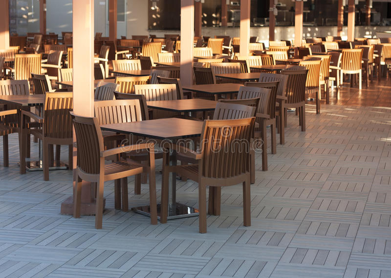 Деревянные столы в внешнем фото ресторана стоковое фото rf