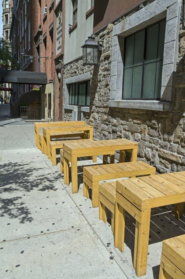 Деревянные столы и стенды на улице города стоковые изображения