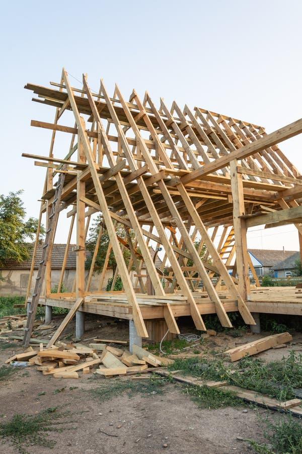 Деревянные стропилины нового дома под конструкцией на заходе солнца стоковая фотография rf