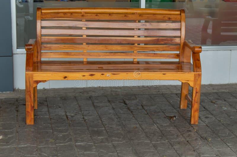 Деревянные стулья для вас, который нужно сидеть и ослабить стоковое фото rf