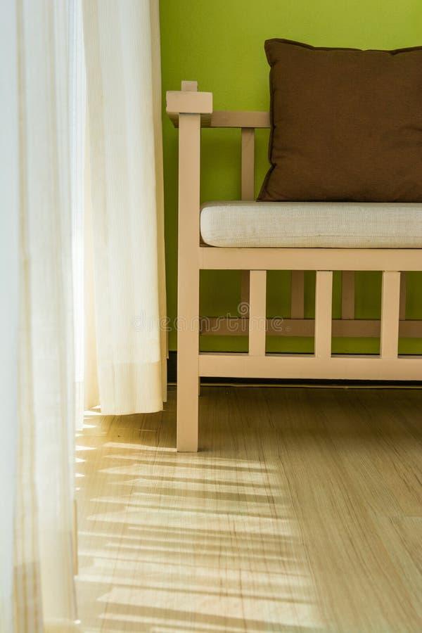 Деревянные стулья с валиками в живущей комнате стоковые изображения rf