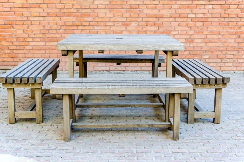 Деревянные таблицы и стенды стоковое изображение rf