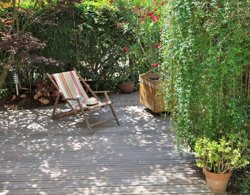 Деревянные терраса и deckchair стоковое фото rf