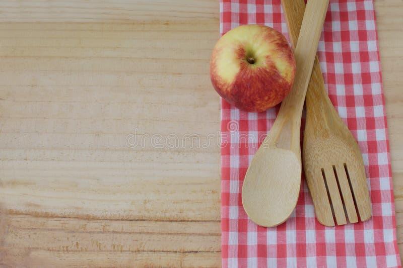 Деревянные утвари кухни на деревянной предпосылке стоковые изображения rf