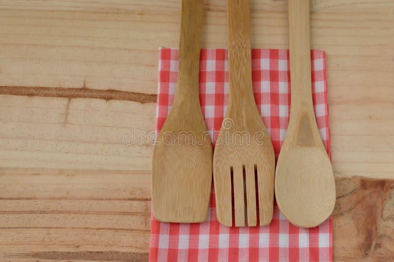 Деревянные утвари кухни на деревянной предпосылке стоковое изображение