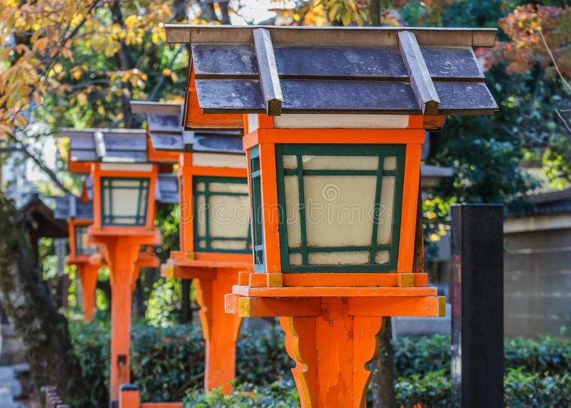 Деревянные фонарики на Yasaka-jinja в Киото стоковое фото