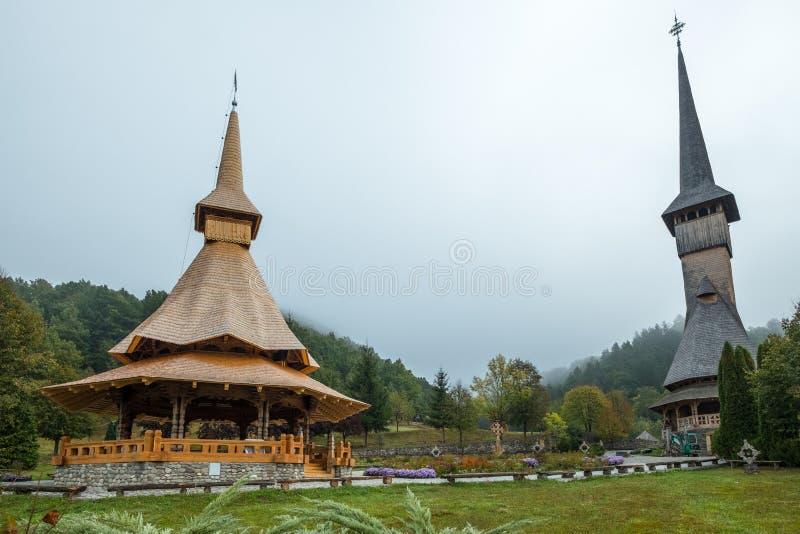 Деревянные церковь и веранда с высокорослыми шпилями, Barsana, Румыния стоковое изображение